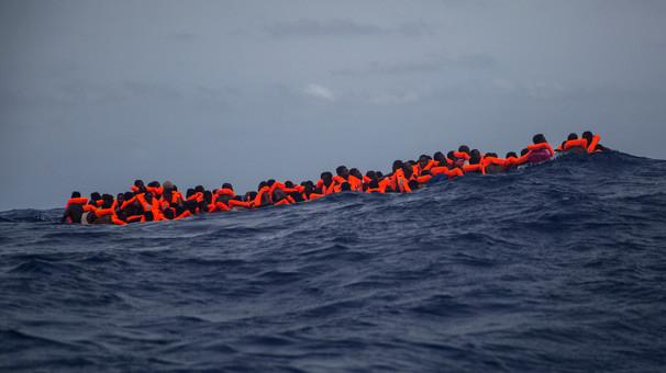 Denizde göçmen botuna ateş açıldı !