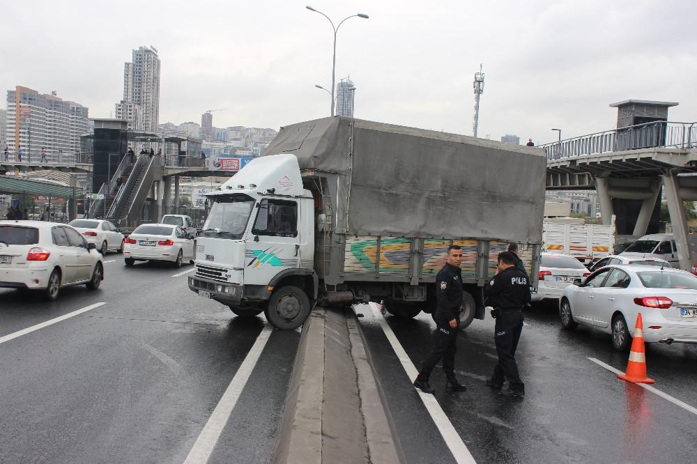 İstanbul'u kilitleyen trafik kazası !