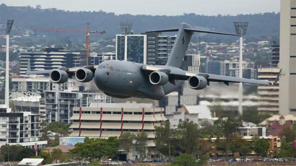 Binaların arasından geçen savaş uçağı korkuttu !