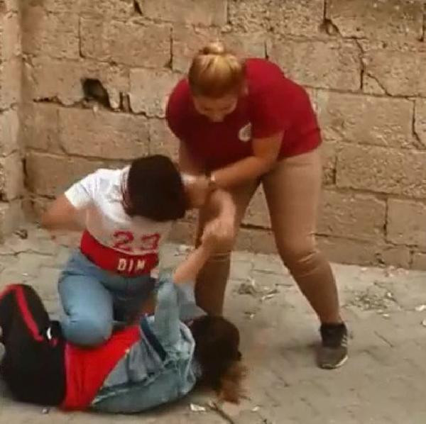 Liseli kızların ''erkek'' kavgası kamerada