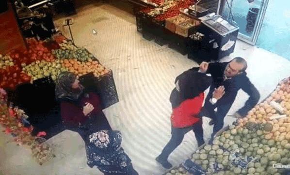 Genç kızı herkesin önünde bıçakladı