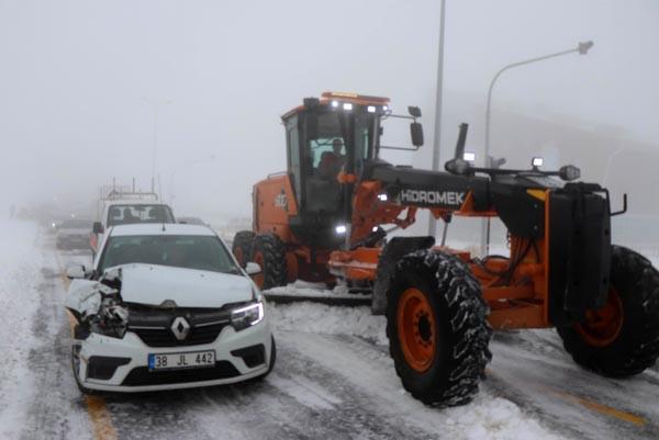 Kar yağışı yüzünden 15 araç birbirine girdi