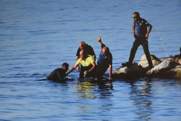 Polis denize atlayıp etkisiz hale getirdi