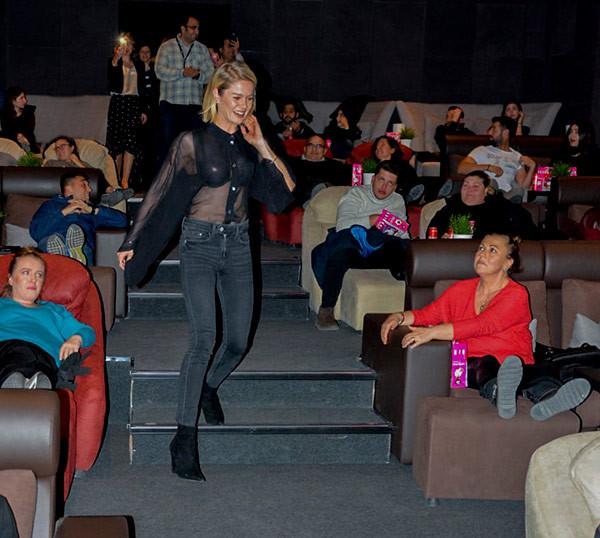 Sinema salonunda Burcu Biricik sürprizi