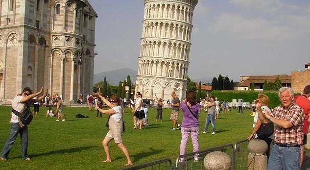 Pisa Kulesi'nde bu pozu vermek tarih oluyor