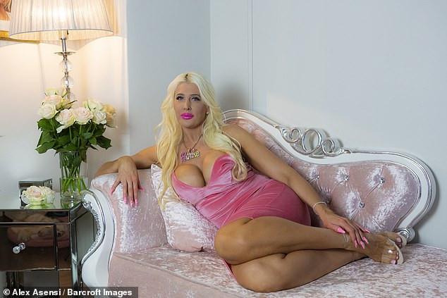 Barbie bebeğe benzemek için...