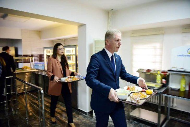 Gaziantep Valisi Sıraya girip yemek yedi