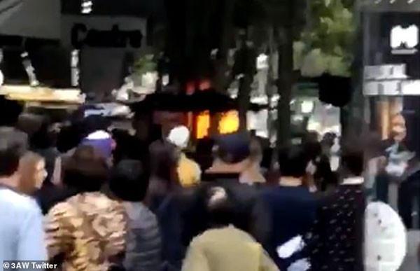 Korkunç saldırı kamerada: Kaldırımdaki yayaları ezip...