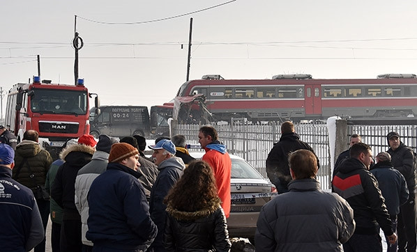 Yolcu treni okul servisine çarptı: 5 ölü, 30 yaralı