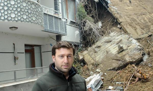İstinat duvarı yıkılan 2 bina toprak altında kaldı