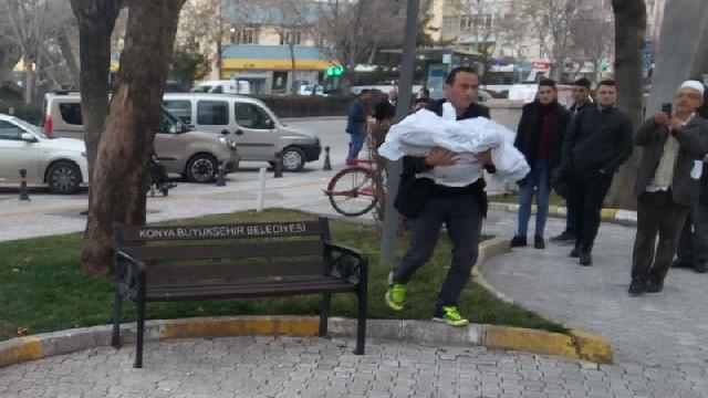 Belediyenin önünde kefenli eylem !
