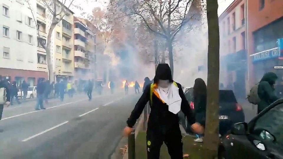 Fransa'da liseliler de sokağa indi: Yüzlerce gözaltı