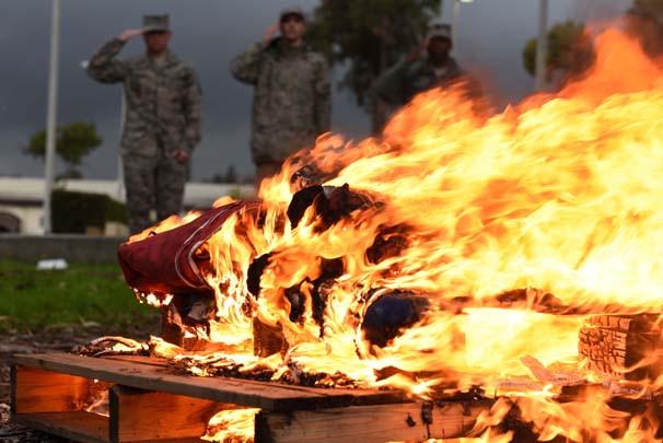 İncirlik'te ABD bayrağını yaktılar