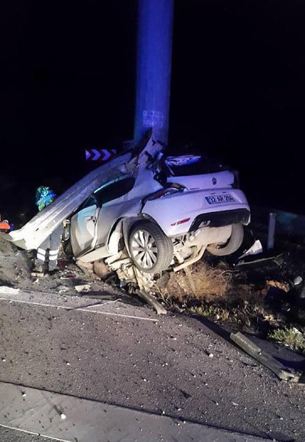 Otomobil demir direğe çarptı: 2 ölü