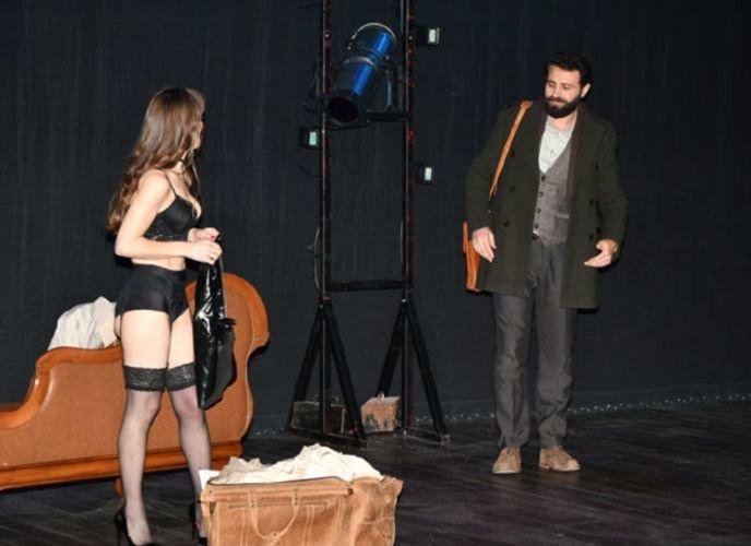 Pervin Bağdat sahnede soyundu