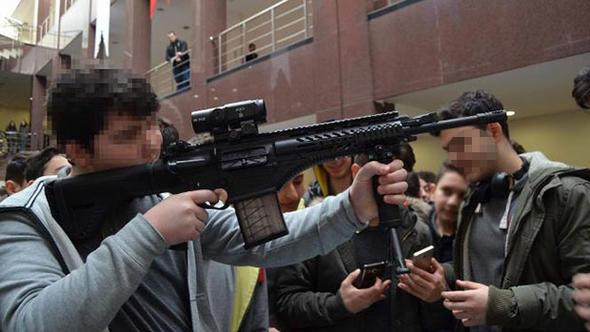 Bu çocukları silah fuarına kim götürdü ?
