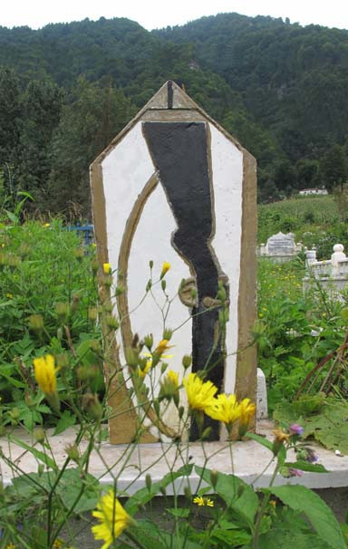 Yok böyle silah sevgisi ! Mezar taşlarında bile...
