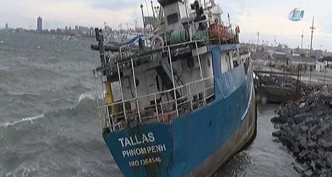 Zeytinburnu'nda gemi karaya oturdu !