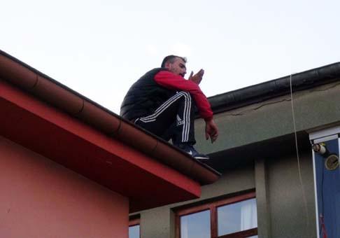 Polisten kaçan hırsız çatıya çıktı !