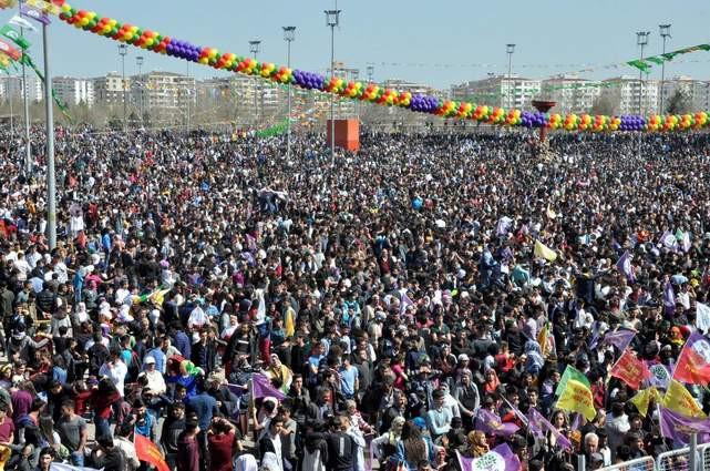 Diyarbakır'da Nevruz coşkusu: Binlerce kişi alanda