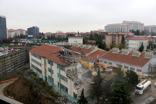 Uçurumun kenarındaki okul yıkılıyor