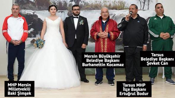 Belediye başkanının kızının düğününe eşofmanla katıldılar