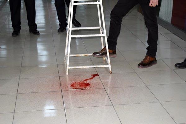 Tavandaki kırmızı renkli sıvı polisi alarma geçirdi
