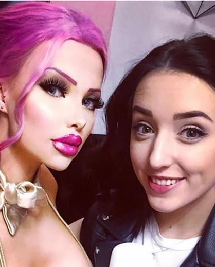 Onun tek derdi Barbie bebek gibi olmak