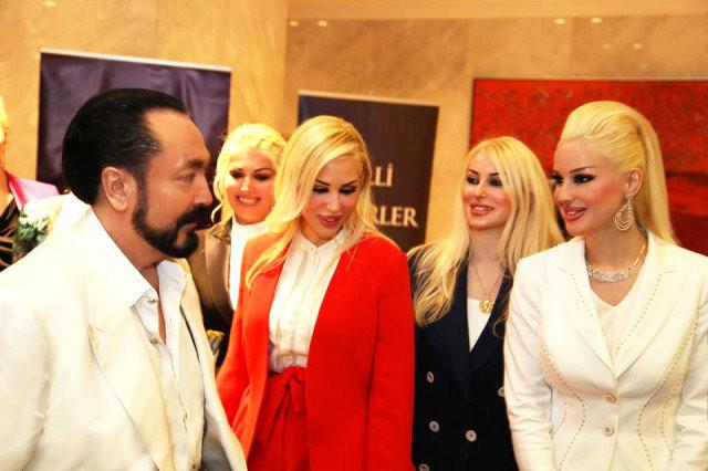 Adnan Oktar'ın 'kedicikler'i Atatürk konulu konferansa katıldı