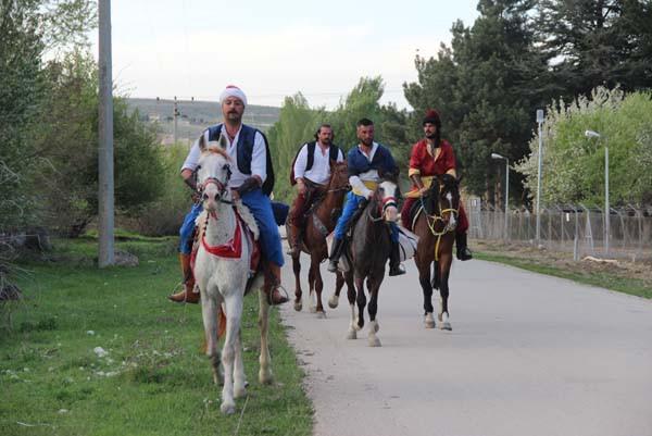 Atlarını ziyaret için at üzerinden 100 kilometre yol yaptılar