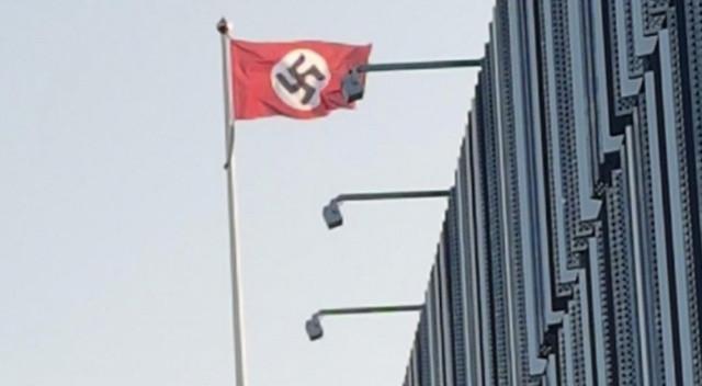 Hitler'in doğum gününde Nazi bayrağı açtılar