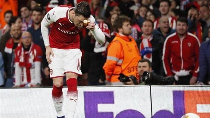 Mesut Özil atılan ekmeği öpüp başına koydu