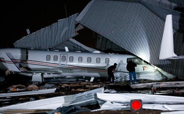 Fırtına havaalanını alt üst etti ! Görüntüler korkunç !