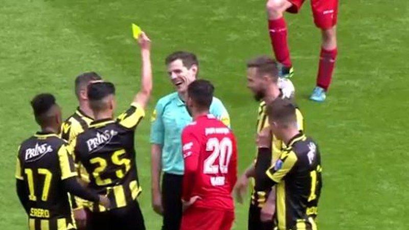 Futbolcudan hakeme sarı kart !