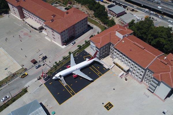 Lise bahçesindeki 'yolcu uçağı' gören donup kalıyor