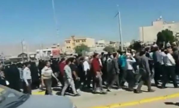 İran'da kaos ! Binlerce kişi sokaklara döküldü