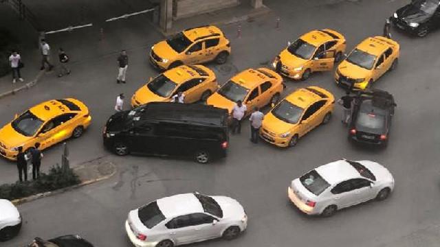 İstanbul'da şok görüntü ! Taksiciler yolunu böyle kesti