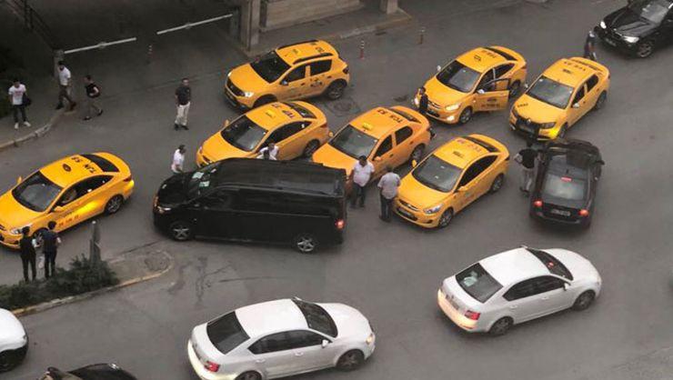 Taksiciler UBER şoförünün önünü kesip darp etti