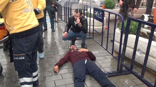 Polis barikatına gelip yere yığıldı