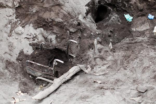 Kayıp kurbanlar toprak altından çıkarılıyor
