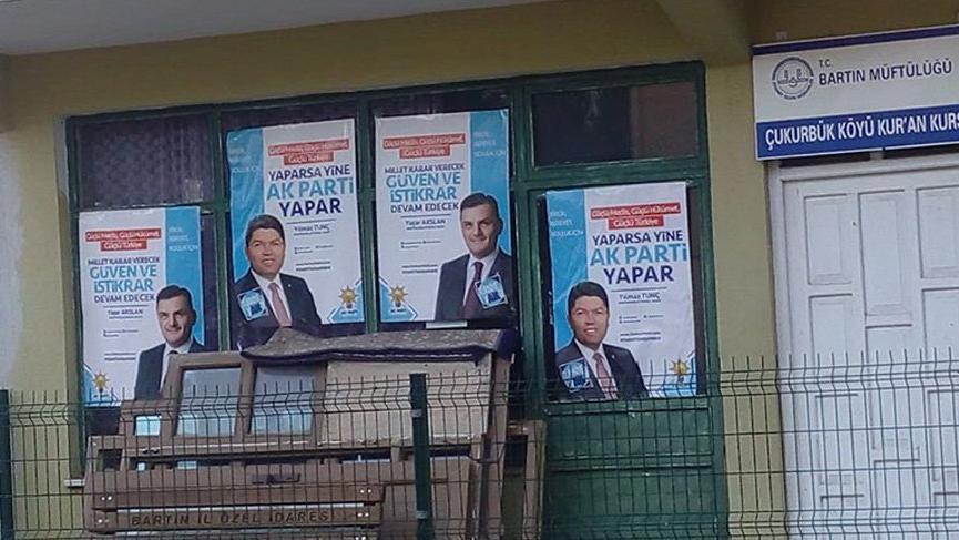 Kuran kursuna AK Parti afişleri asıldı