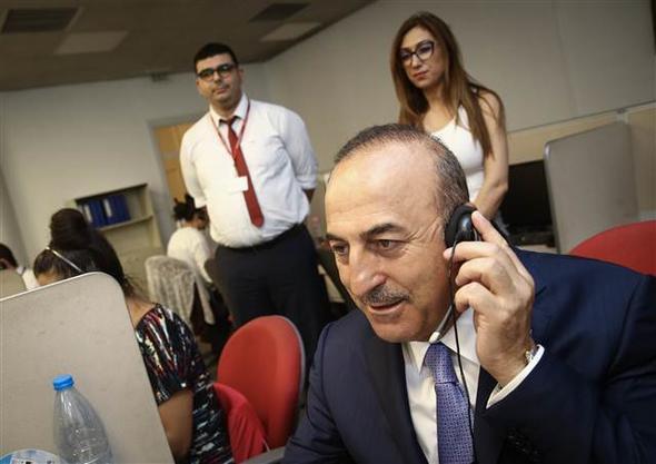 Çavuşoğlu Konsolosluk Çağrı Merkezi'nde telefonları yanıtladı
