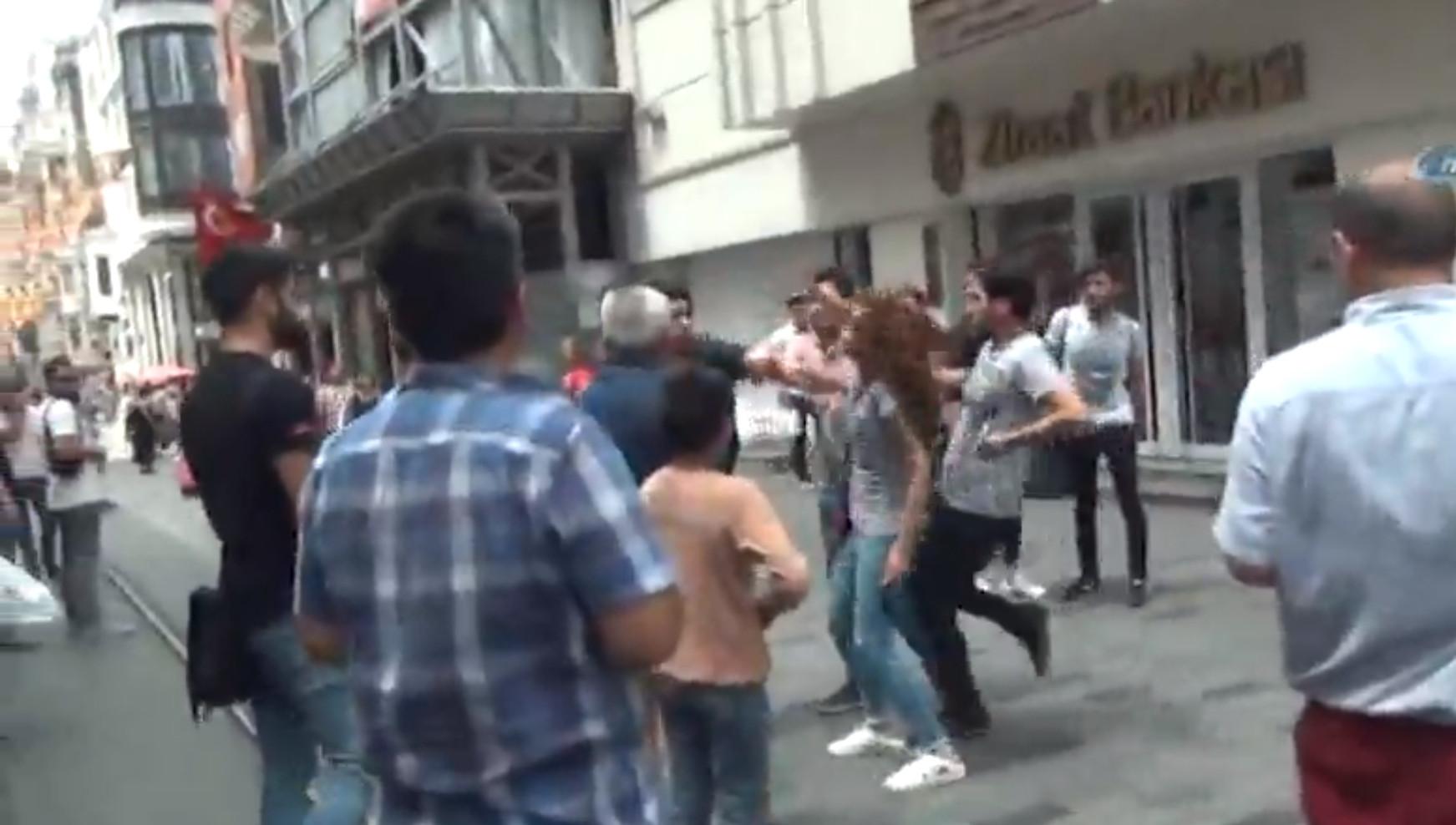 Taksim'de kadın turiste tokat