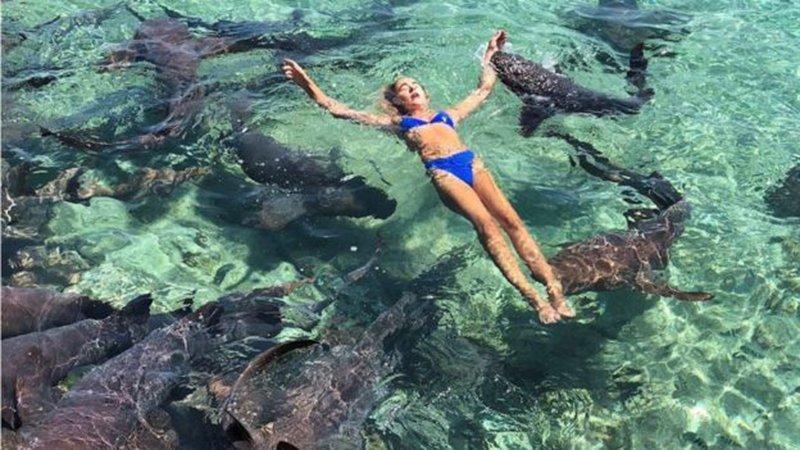 Tatilde dehşet ! Güzel modele köpekbalığı saldırısı kamerada