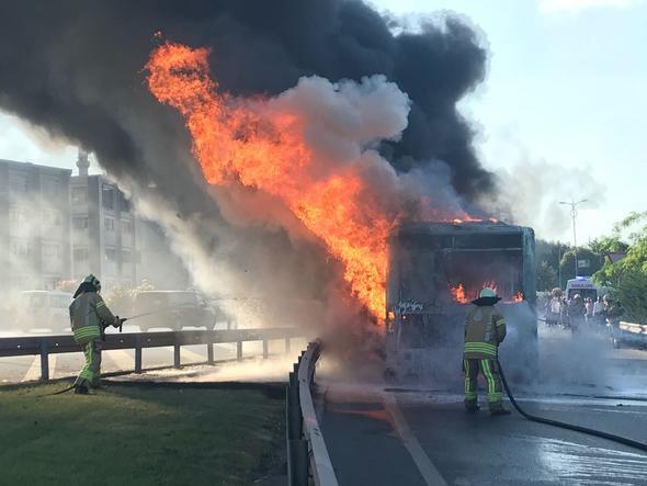 Otobüs yol ortasında alev alev yandı