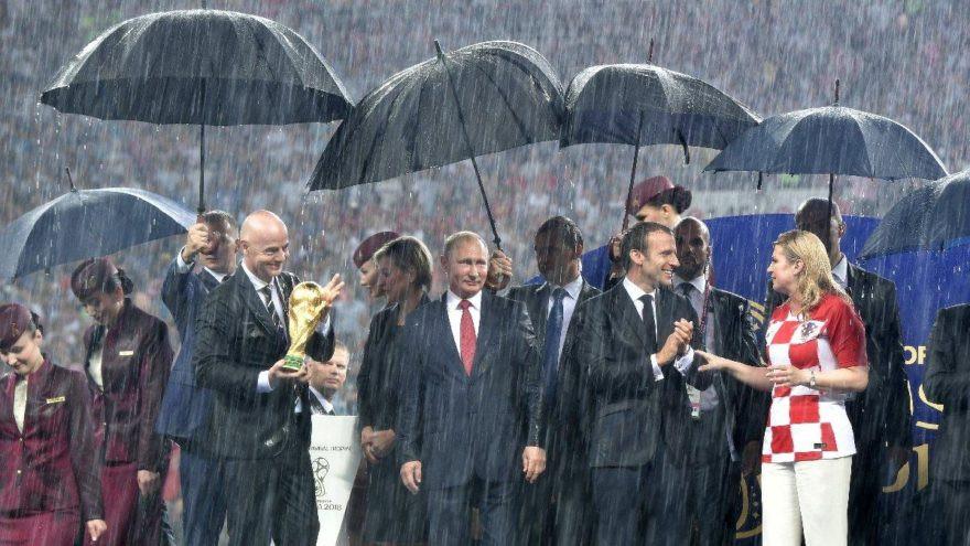 FIFA yetkilisi madalyayı cebe atınca...