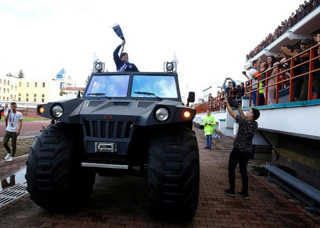 Maradona'dan zırhlı araç sürprizi !