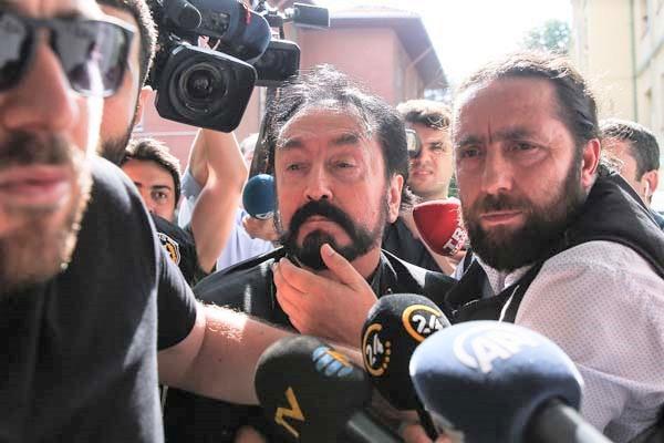 Adnan Oktar'ın kediciklerin cinsel organlarına peçete soktuğu iddia edildi