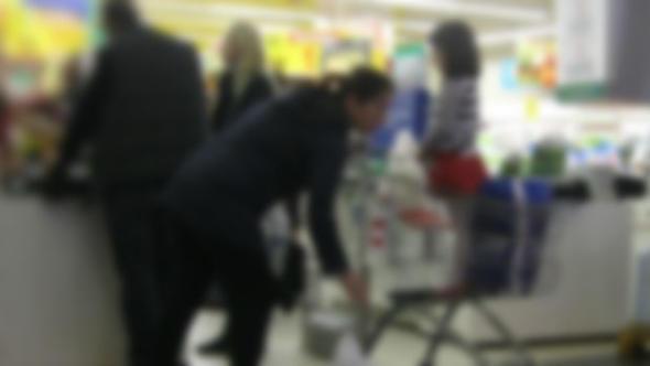 Çocuğun parmakları alışveriş sepetine sıkıştı