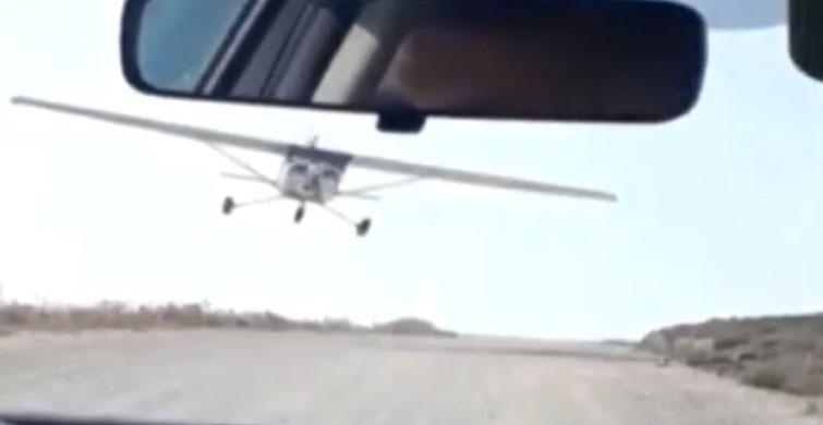 İzmir'de uçak otomobile çarptı; o anlar kamerada